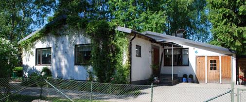 Vårt fina hus är beläget i ett lugnt villaområde i Stuvsta.
