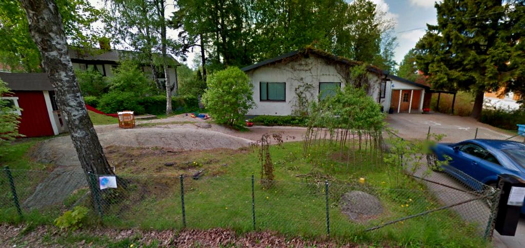 På vår gård finns en lekställning, sandlåda, lekstuga, snickarvrå, flera gungor samt ett gäng trampbilar.